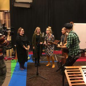Pikku Papun orkesteria kuvataan uutisiin