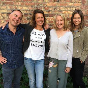 Jens Berg, Jeanette Szymanski, Sofia Torvalds och Sonja Kailassaari poserar framför en tegelvägg.