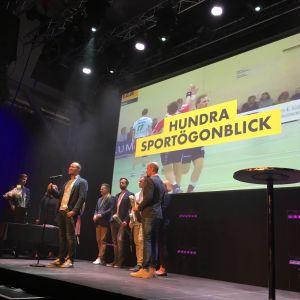 På bilden tar Yle Sporten med Chrisu Vuojärvi i spetsen emot sitt pris för årets bästa webbinnehåll på Svenska Yle.