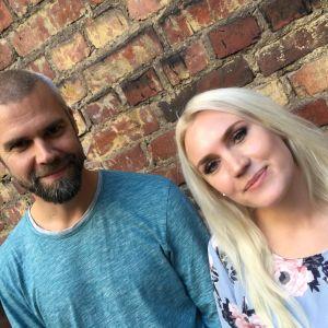 Artisten Jannike Sandström (till höger) står bredvid mindfullnessintruktören Kim Wikström.