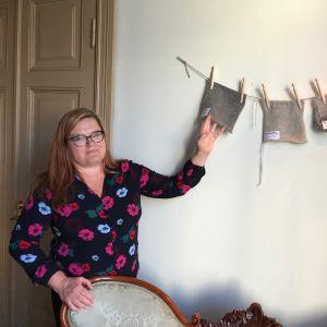Pia Blomström visar produkter tillverkade av rävhår.