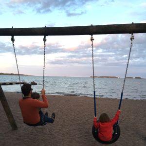 Johanna Vuorelman perhe rannalla Espoossa