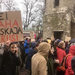 """""""Vi vill inte ha en medeltidskris"""" står det på ett av många plakat på en demonstration mot regeringsförhandlingarna med det nationalkonservativa partiet EKRE i Estland."""