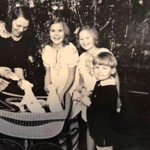 Maria Åkerblom med barn och hundvalp.