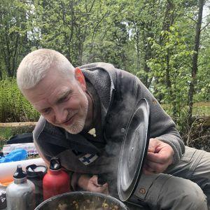 Patrick Degerman tillreder paella ute i naturen.