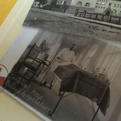 Ett bokomslag med en svartvit bild på en sjukhuskorridor där en läkare skuffar en järnsäng.