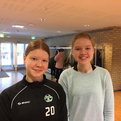 Profilbild på åttondeklassarna Alina Lindfors och Amelia Pettersson.
