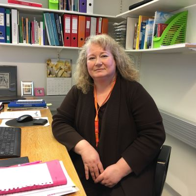Teija Leppämäki sitter på sitt kontor.
