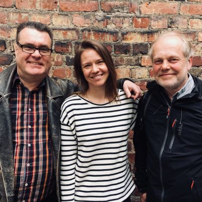 Mikael Crawford, programledare Sonja Kailassaari och familjeterapeuten Sauli Suominen står alla tre på rad.