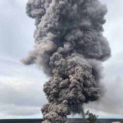 En av Kilaueas kratrar som kan spy ut askmoln som kan nå över 6 000 meter