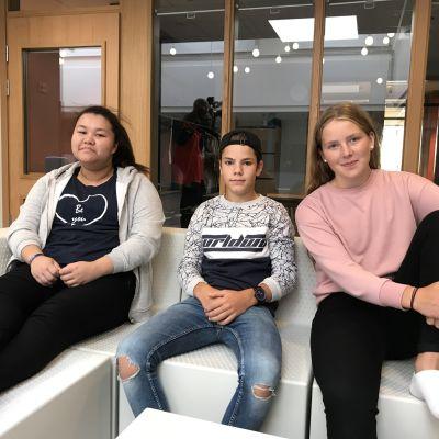Tamika Laakso, Nikita Spånbo och Cajsa Kronström i Övernäs högstadieskolas elevråd tycker det finns både bra och mindre bra sidor då mobilfria dagar införs.