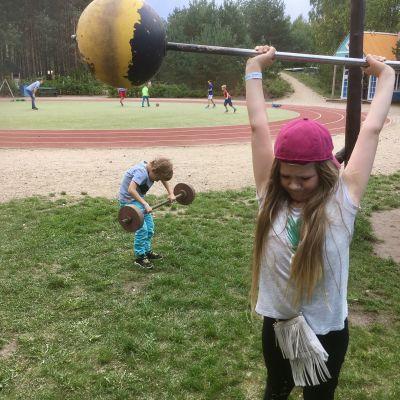 Barn lyfter tyngder på en lekstadion på Lottemaa temapark i södra Estland.