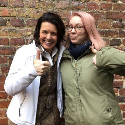 Jeanette Szymanski och Maria Turschaninoff utanför Efter Nio studion