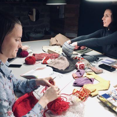 Två damer stickar mössor på Feministiska stickklubbens möte i Tallinn
