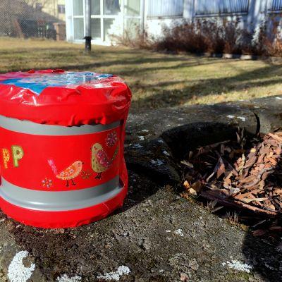 Plastburken Pelle-Plast Österbotten i Svenska Yles kampanj Älskade plast. Cylinderformad plastburk som innehåller en sändare.