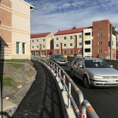 Smal cykelväg invid trafikerad väg
