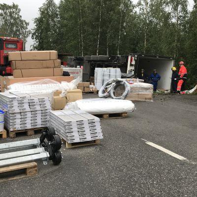 Tielle purettua rekan peräkärryn kuormaa Mikkelissä Lentokentänkadulla 13.8.2019.