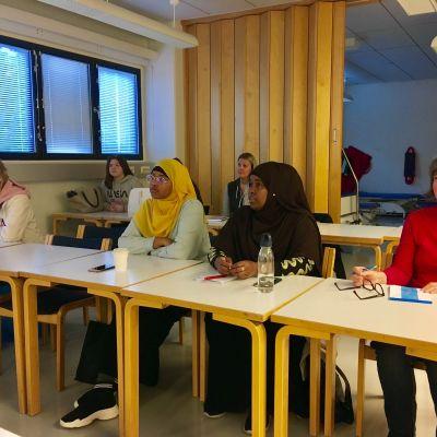 Närdvårdarstuderande i klassrummet.