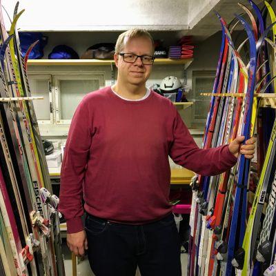 Honkapirtin liikuntavälinelainaamon työsuunnittelija Aki Vartiainen esittelee hiihtosuksia.