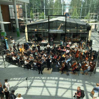 Sinfoniaorkesteri Vivo soittaa solistinaan viulisti Viljami Kemppinen