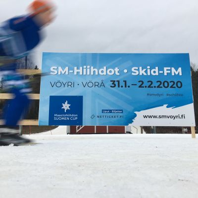 Vöyrin hiihtokeskuksessa nuori hiihtäjä.