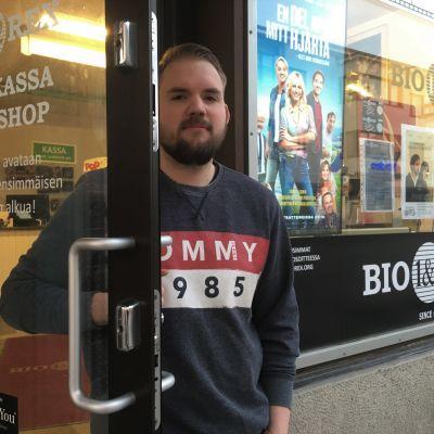 Otto Löytynoja seisoo Kokkolan elokuvateatterin ovella.