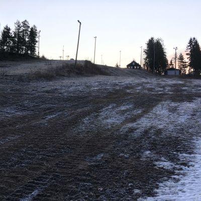 Uuperinrinteiden laskettelukeskuksessa Haminassa maa on tammikuussa vielä ilman luonnonlunta, mutta yhtä rinteistä on päästy jo lumettamaan