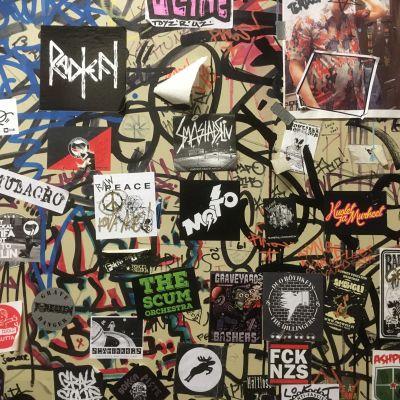 Nimmareita ja bändien tarroja seinässä