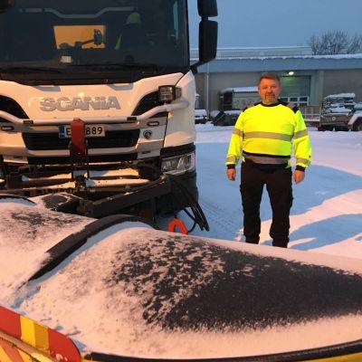 Tiehoitoautoa Oulun kaupungille ajava Rauno Kantola seisoo työajoneuvonsa vieressä.