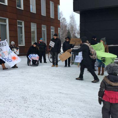 Mielenosoitus Hietasaaren kaavoitukseen liittyen Oulun ympäristötalon pihalla 7.2.2020.