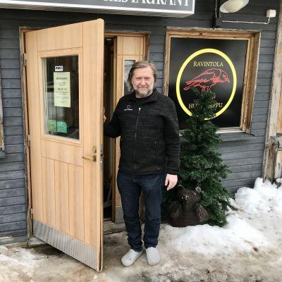 Jarno Jaksola Huttuhipun ovella Pyhätunturilla.