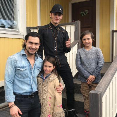 Nicaragualainen Belgin Lanzas ja perhe talonsa portailla.