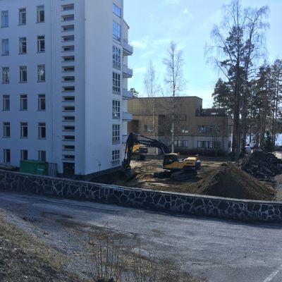 Kaivinkone töissä Savonlinnan pääterveysaseman työmaalla