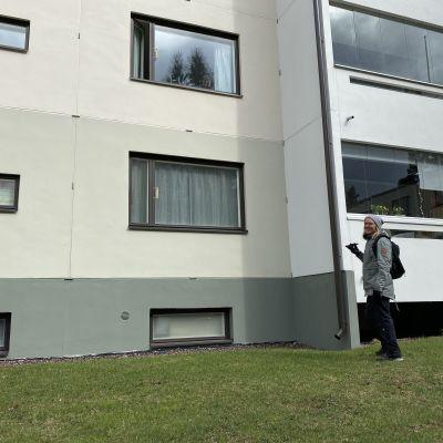 Roope Walden tervehtii Eila Nevanrantaa ikkunan läpi