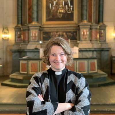 Kvinna i kyrka.