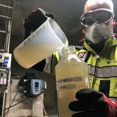 Tapio Kilponen ottaa näytettä Lahdessa jätevesipuhdistamolla