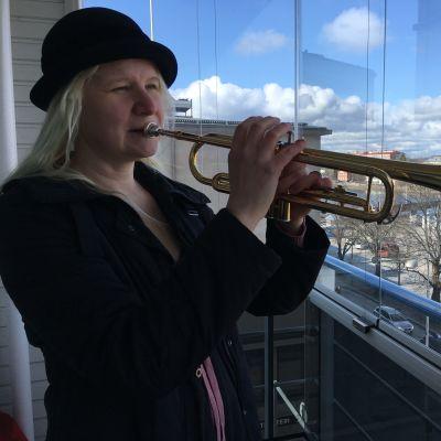 Katja Inkala soittaa trumpettia parvekkeellaan Savonlinnassa
