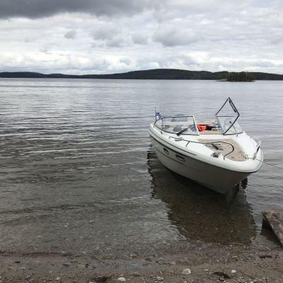 Tyhjä vene saaren rannassa.