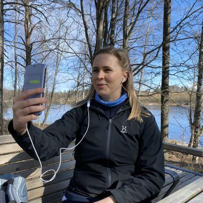 Laura Honkanen puhuu asiakkaalle etäyhteyden kautta puhelimella.