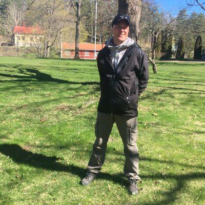 Juha Quuppa Seittonen seisoo puun edessä