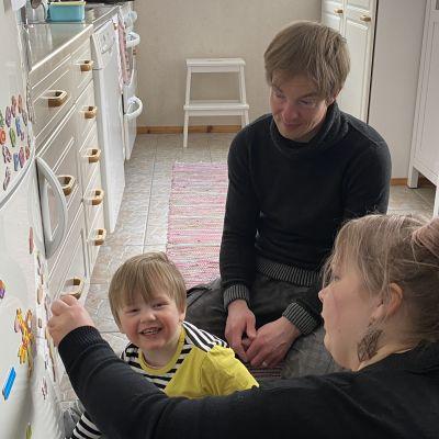 Harjun perhe harjoittelee koltansaamea lapsensa Kiurelin kanssa.