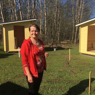 Iin Siltojen matkailukeskukseen on valmistumassa uusia pieniä mökkiä yöpymistä varten. Rakennuksen runkoja esittelee Asiakaspäällikkö Tiina Vedman.