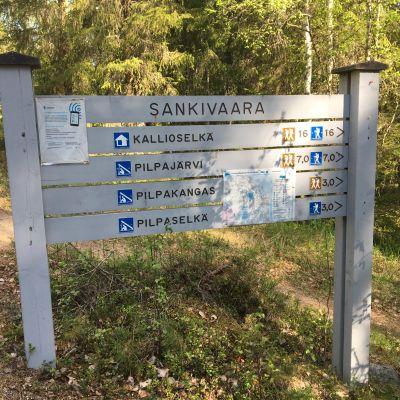 Ulkoilureittikyltti Oulun Sankivaarassa.