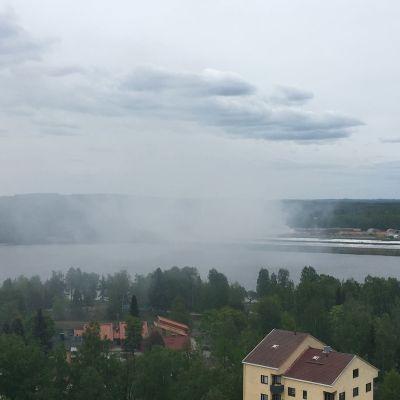 Savua nousee Stora Enson teollisuusalueen palosta Varkaudessa.