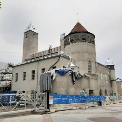 Remontissa oleva Kuopion museo- ja kirjastokortteli alkukesästä 2020.