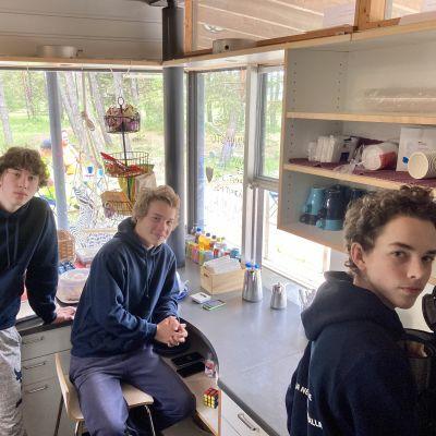 Kolme kesätyöntekijää kioskilla: Luca, Leo ja Timotei Lundgren.