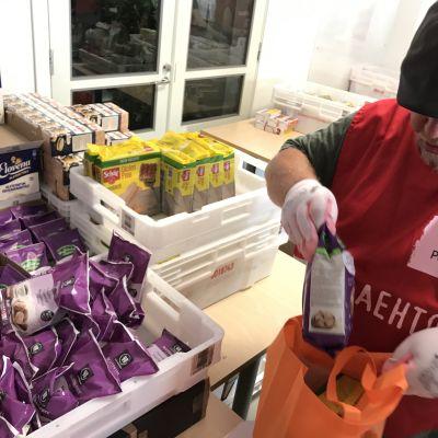 Gluteenittomia tuotteita pakataan SPR:n avustuskasseihin