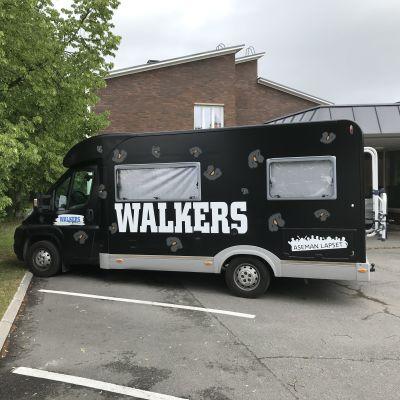 Walkers-nuorisotyöauto Kokkolassa nuorisokeskus Vingen parkkipaikalla.