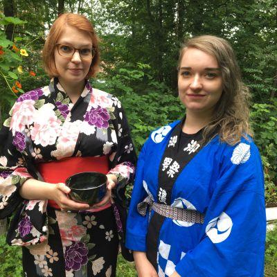 Saara Kauppinen ja Jennimari Koskela Oulun Suomalais-Japanilaisesta yhdistyksestä