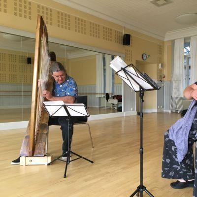 Brittiläinen harpputaiteilija Andrew Lawrence-King ja viulisti Kreeta-Maria Kentala harjoittelevat konserttia varten.